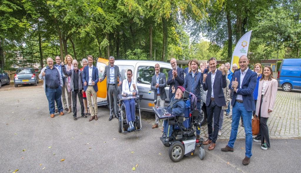 De elektrische Zonnebloemauto is onthuld onder warme belangstelling van bewoners van Siza en vrijwilligers van de Zonnebloemafdelingen.  © DPG Media