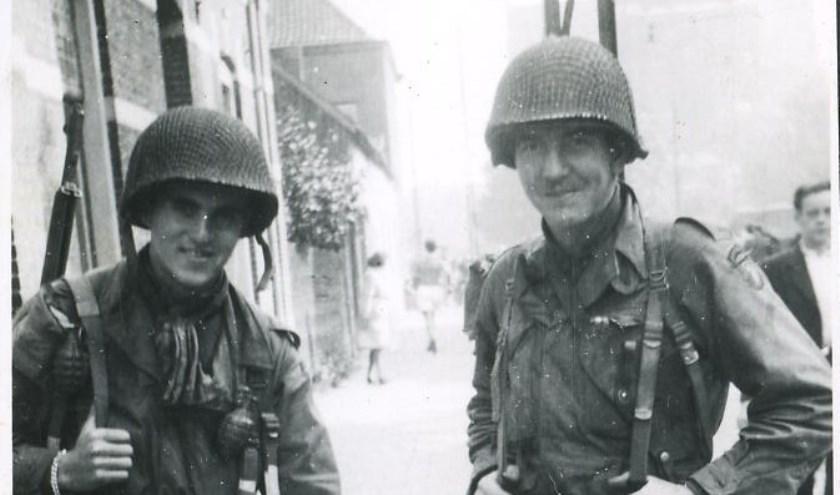 Herbert Viertel (rechts) op een foto die werd genomen in Eindhoven op 18 september 1944 door de vader van René van Slooten.
