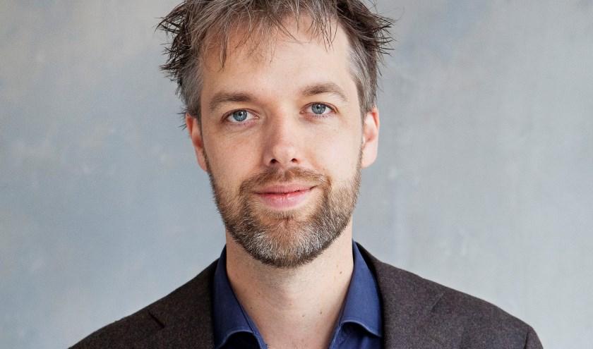 Olaf Koens vertelt op woensdag 9 oktober hij bij Boekhandel Broekhuis in Enschede over zijn nieuwe boek. (foto: Ilja Keizer)