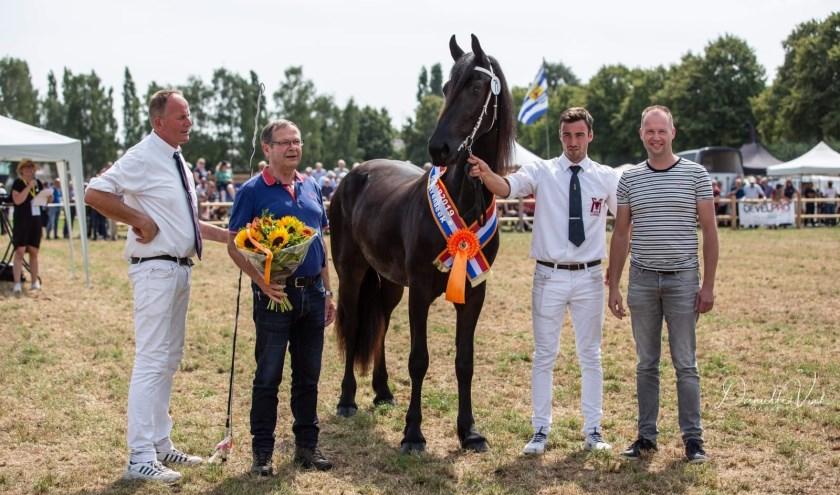 Jan en Sander Frenken bij het algeheel kampioen: enter merrie.