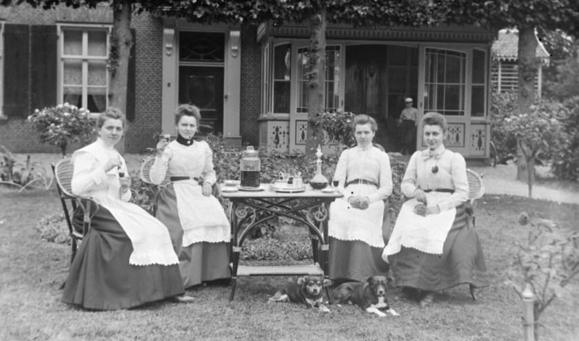 De familie Verstraaten was welgesteld. Zij konden zich een uitgebreide huishoudelijke staf veroorloven. Hier in de tuin bij De Asdonck. (foto: G.M. Burgers)