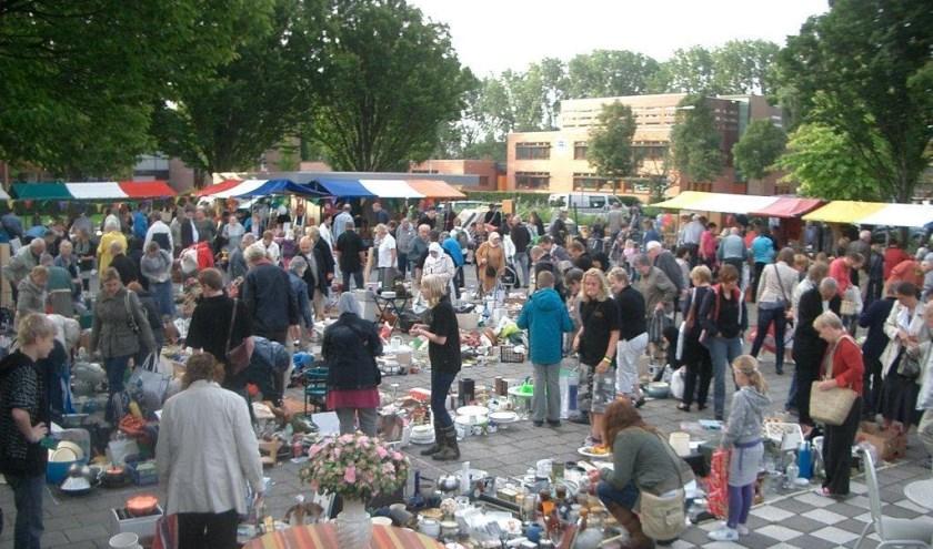 Boeken- en rommelmarkt bij Excelsior. (Foto: Privé)