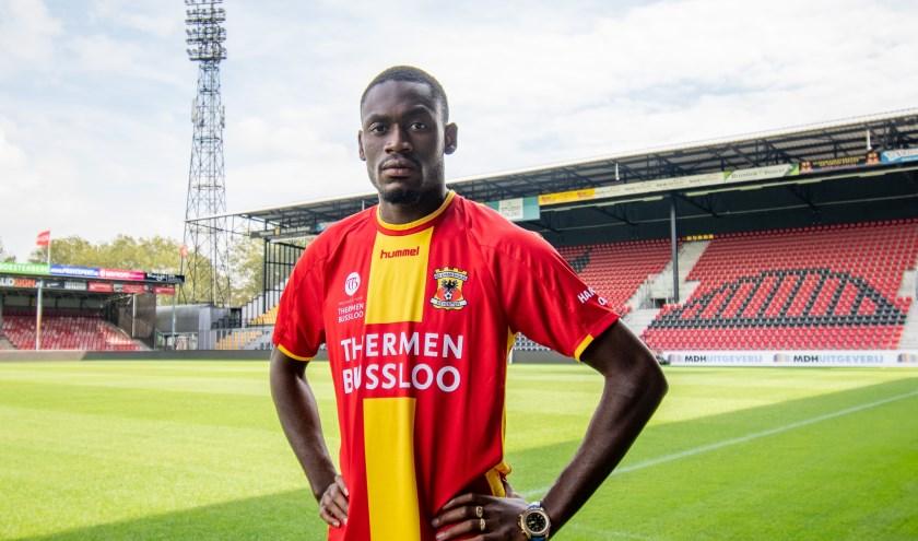 Maecky Ngombo toont vol trots, in De Adelaarshorst, het rood-gele shirt van zijn nieuwe werkgever. (Foto: Dennis Bresser)