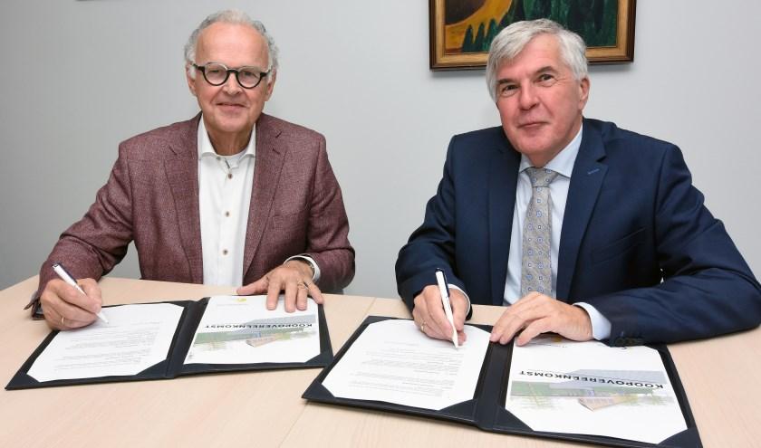 Wethouder Kees de Ruijter van de gemeente Papendrecht (rechts) en voorzitter Ad van Driel van het bestuur van hospice De Cirkel ondertekenen de koopovereenkomst. (Foto: Privé)