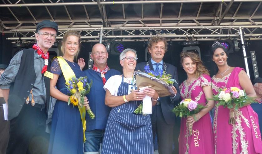Anja Rozeboom (midden) geflankeerd door voorzitter Wijngaard, Vlegelvrouw, echtgenoot Marcel, burgemeester Verhulst en heidehoogheden. (foto: Diana Kervel)