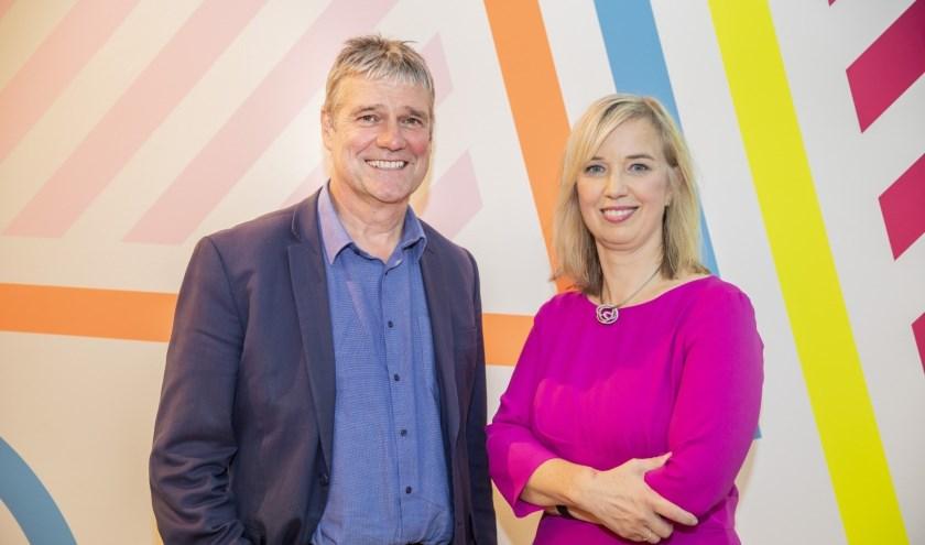 Ilse Harmelink, directeur-bestuurder Apeldoorn Marketing en haar opvolger interim-directeur Henk van Voornveld. (foto Rob Voss)
