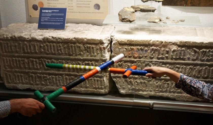 De gevelsteen van de Dikke Tinne. De zwaarden kunnen als bouwpakket worden aangeschaft.(foto: Voerman Museum Hattem)