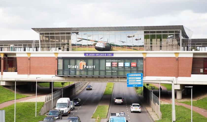 Verkeer dat onder winkelcentrum Stadspoort door Ede binnenrijdt, komt een replica van een Horsa Glider tegen (foto: Jacqueline Imminkhuizen)