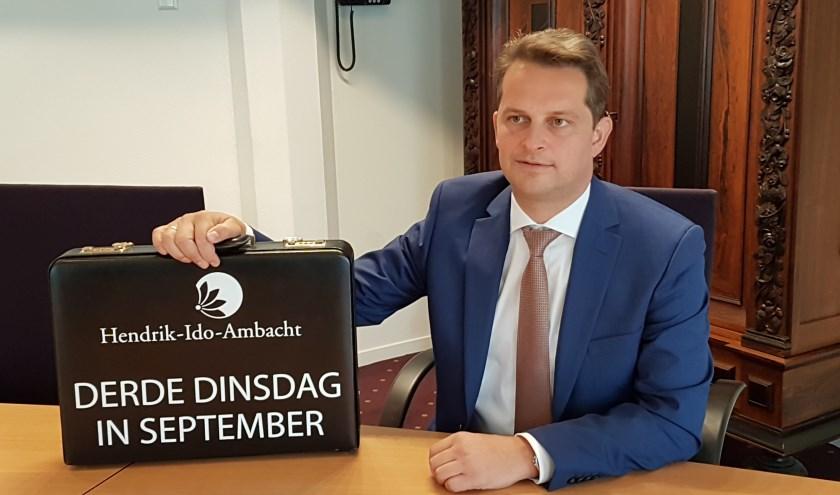 Met een knipoog naar Den Haag had de wethouder wederom een koffertje met het opschrift Derde dinsdag in september.
