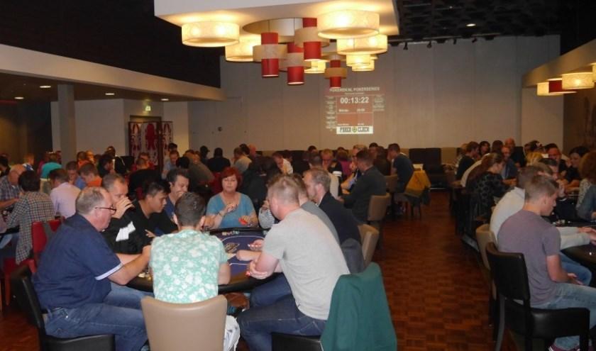 Vorig jaar werd het Zevenaarse pokertoernooi van Pokeren.nl druk bezocht. (foto: PR)
