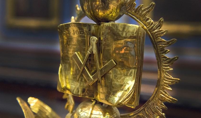 De drie 'grote lichten' van de vrijmetselarij: bijbel, passer en winkelhaak, afgebeeld op stoel van de voorzitter van de loge. (Foto: Paul Mellaart).