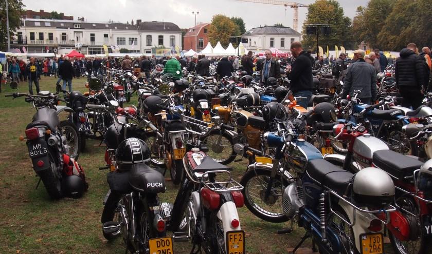 Honderden tweewielers, diverse merken zijn zaterdag weer te zien. Foto: Arie van Eijk
