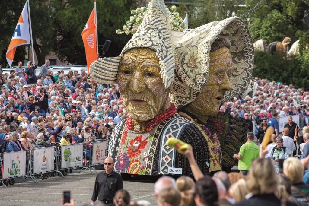 Twee kleurrijke boerinnen. (Foto Jan Bouwhuis) Foto: Jan Bouwhuis © DPG Media