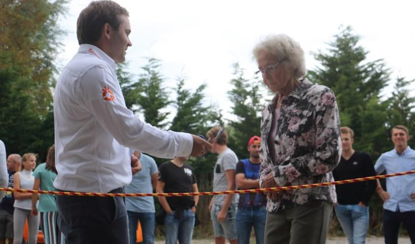 Mevrouw Van der Haven heeft door het doorknippen van het reddingstouw de locatie officieel geopend. FOTO: Eddy van Well