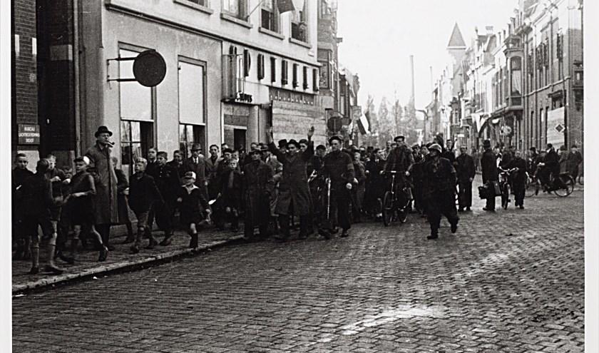 ijltjesdag na de bevrijding. Leden van de ondergrondse arresteren NSB' ers en brengen die, onder grote publieke belangstelling, naar de Philharmonie in de Kloosterstraat. foto: Regionaal Archief Tilburg