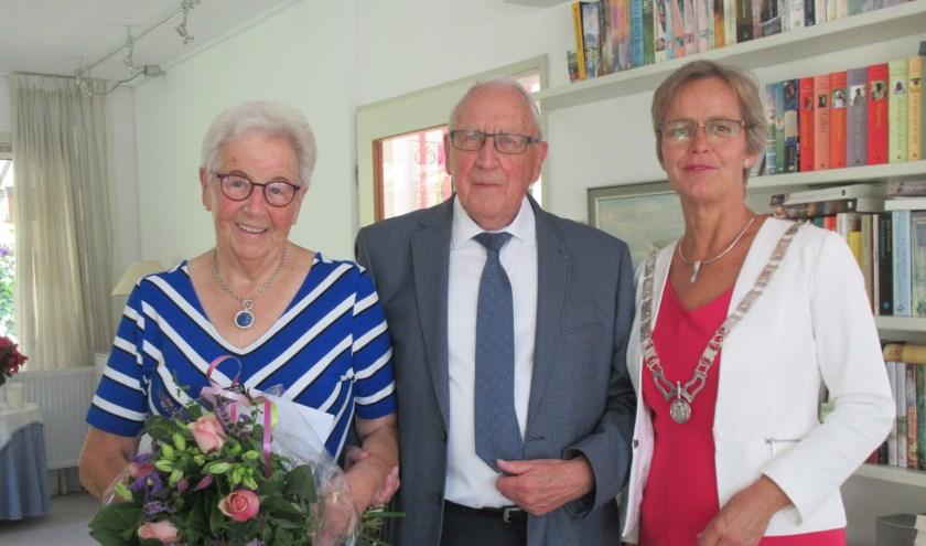 Echtpaar Van Waaij is zestig jaar getrouwd. Burgemeester Van Mastrigt bezoekt het echtpaar. Tekst en foto: Ria van Vredendaal