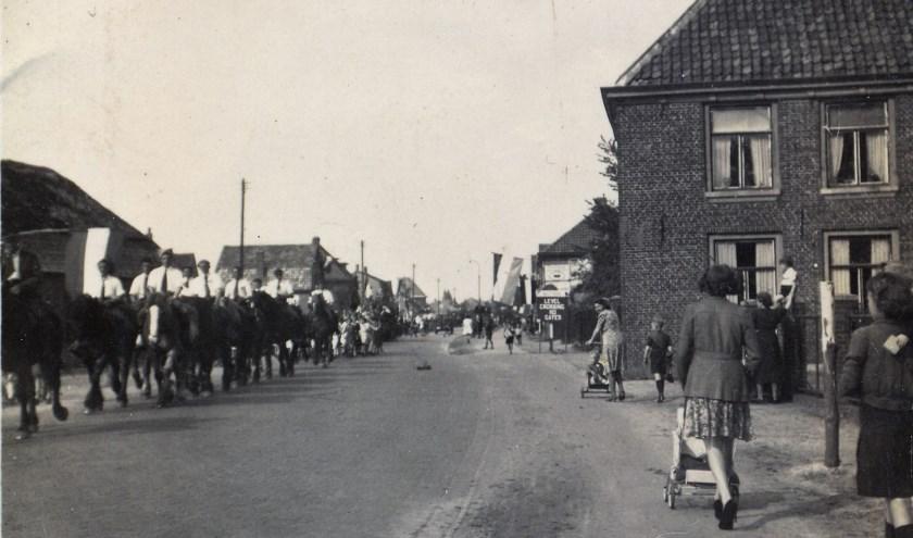 """De straten worden versierd, de vlaggen hangen uit, optochten met platte karren trekken langs. Er wordt gedanst en gezongen: """"Beschuit, beschuit, de moffen moeten eruit…"""" FOTO: Werkgroep Veldhoven 75 jaar Vrede."""