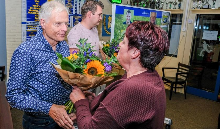 Bestuurslid Fenny Bernhardt heeft een bloemetje voor Marinus Olthuis voor zijn 40-jarig lidmaatschap.