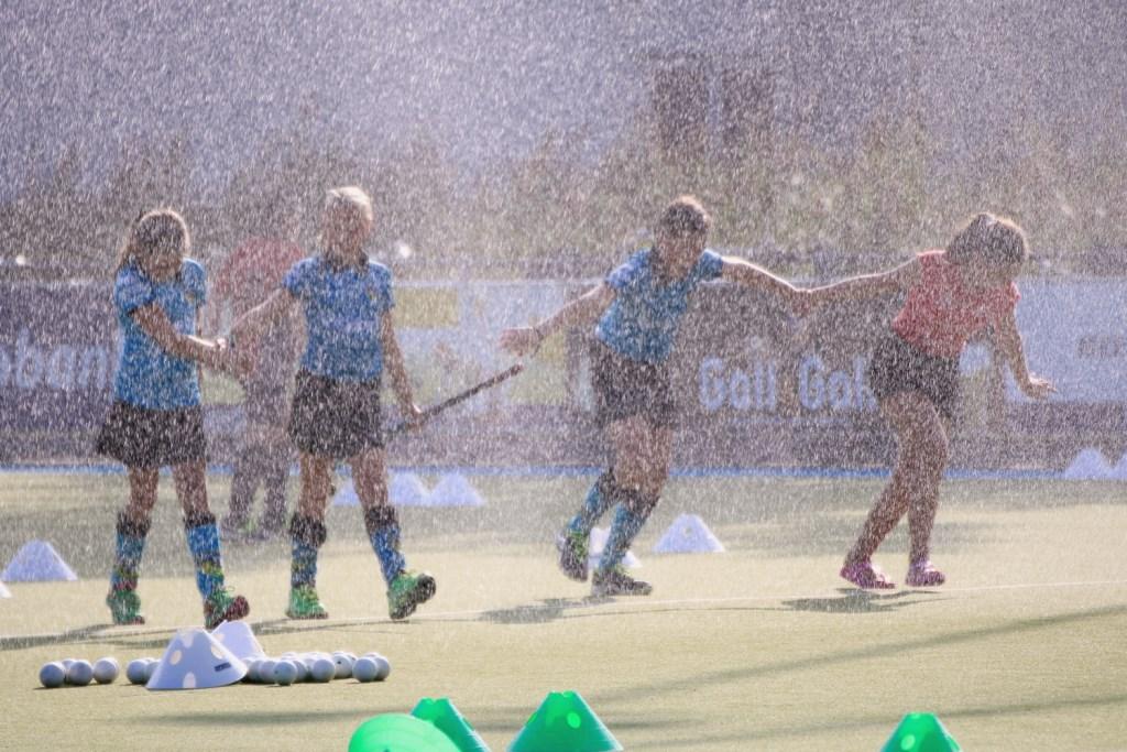 Heerlijk met het warme weer onder de sproeier rennen. Anita van Kooten Niekerk Fotografie © DPG Media