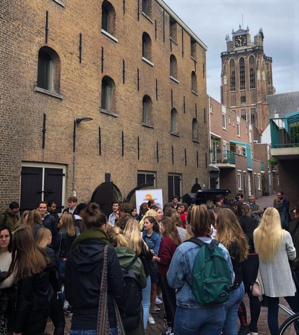 Studenten maken tijdens de Dordtse Introductiedag een wandeling door Dordrecht.   © DPG Media
