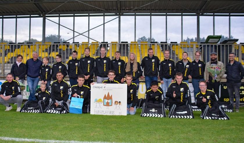 Het G-team van Theole met hun nieuwe trainingspak en tas.
