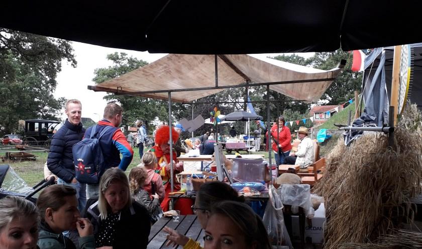 Ondanks het matigeweer kwamen er zondag toch veel bezoekers af op het oogstfeest bij de Lonneker Molen.
