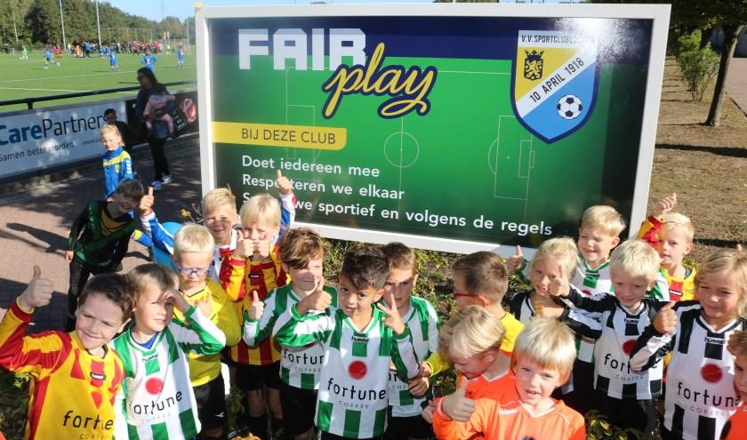 Het bord 'Fair Play' werd enthousiast door de jongste spelers onthuld. (Foto: Arjen Dieperink)