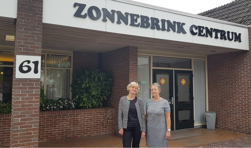 Anita Visser (links) en Hanneke Hoitink zijn zowel koster als beheerder van het Zonnebrink Centrum aan de Zonnebrink 61.