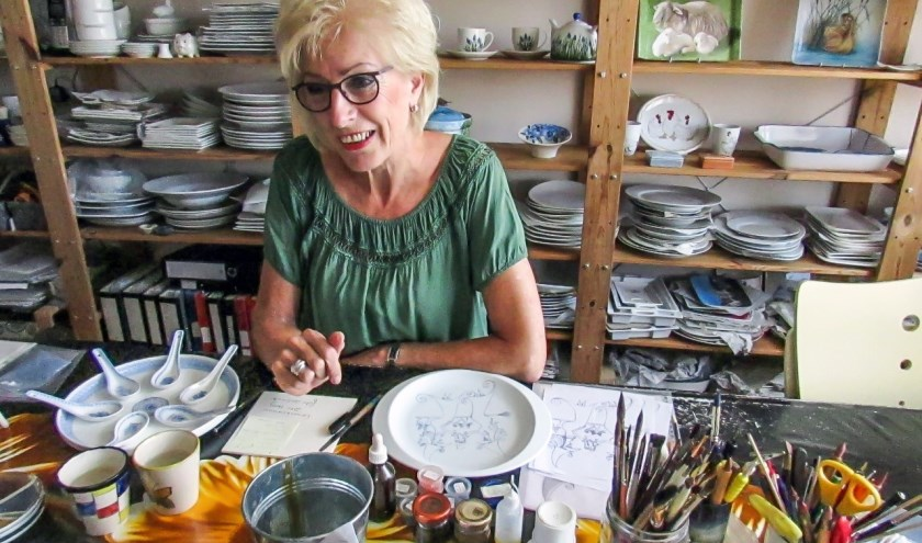 Lida Baars heeft een atelier waar ze met veel plezier met porselein werkt. Ook zij geeft invulling aan Open Monumentendag in Oudewater. (Foto: Margo Stekelenburg)