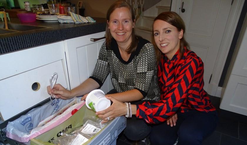 Annika Huizinga (li) en Wanne Verweij zijn fanatiek aan het minderen van restafval. Samen startten ze de Facebookgroep Zero Waste Oudewater.