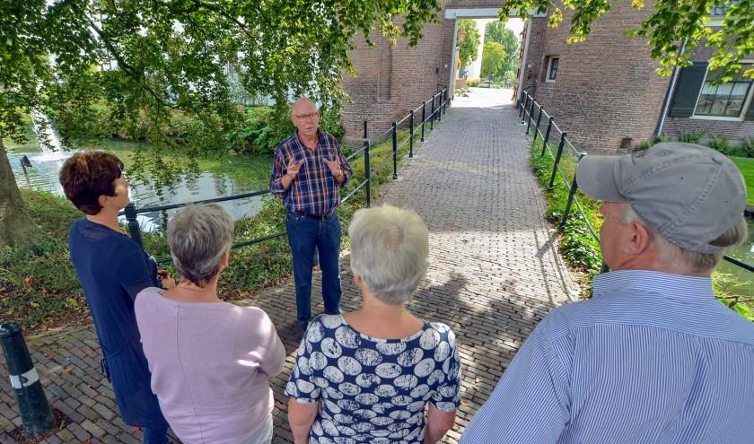 Theo van Kortenhof geeft tijdens een stadswandeling bij Kasteel Montfoort uitleg aan zijn toehoorders. (Foto: Paul van den Dungen)