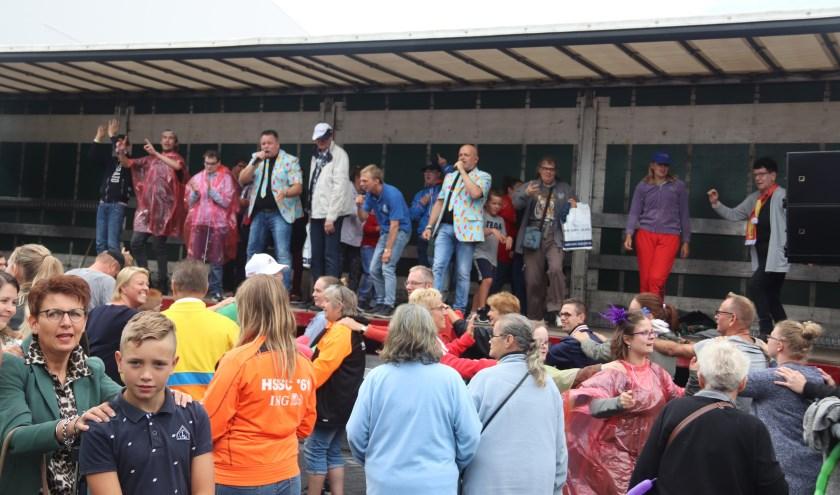 De Lawine Boys verhoogde de feestvreugde bij de gehandicapten op de 1000 assendag
