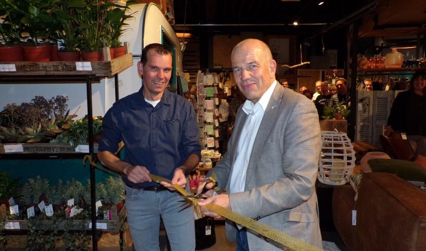 Wethouder Wim Aalderink en Jeroen Slotboom van GAAF Bloembinder.