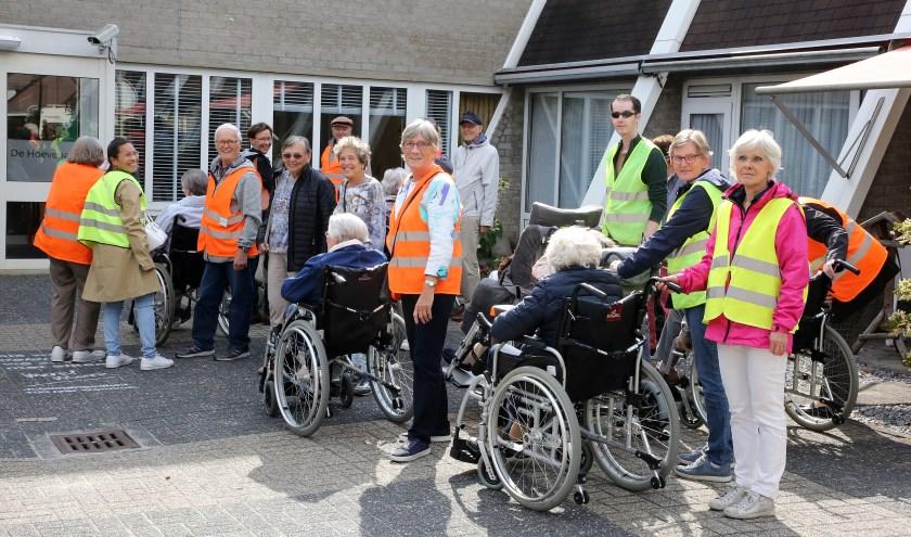 Na afloop trakteerden de vrijwilligers van Goed voor Mekaar Waalre iedereen ook nog op zelf gebakken appeltaart. Foto: Theo van Sambeek.