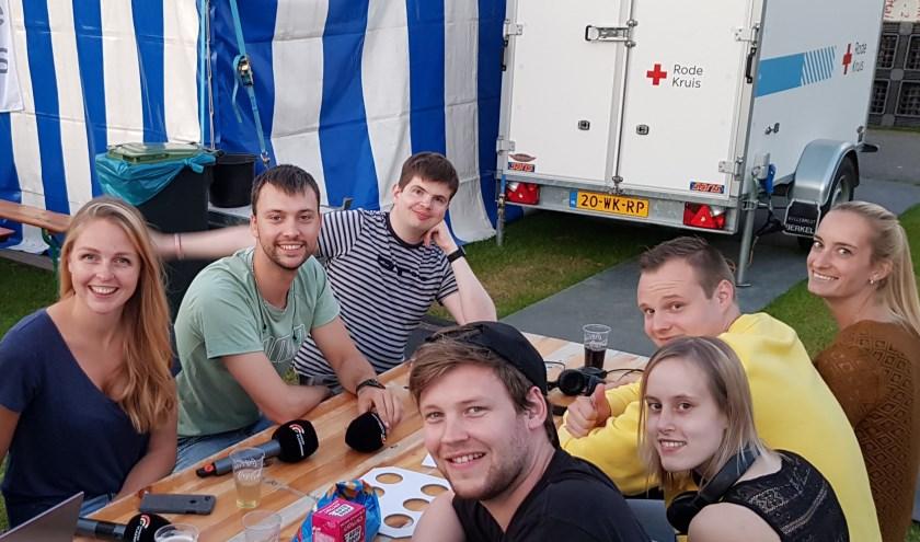 Een deel van het Omroep Vlaardingen-team puft even uit tussen twee opnames door.