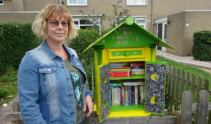 Renate van den Dobbelsteen bij de mini-bieb. (Foto: Eline Lohman)