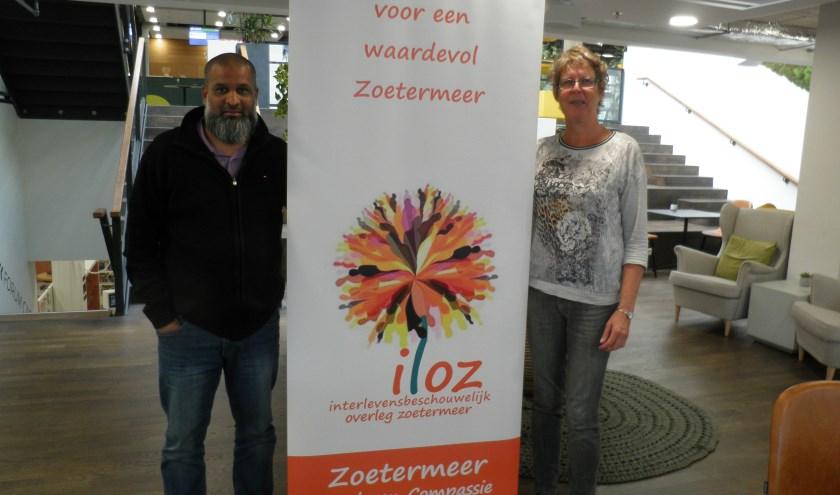 Shamier Madhar en Els Alebregtse van ILOZ verwijzen voor de Vredesweek naar facebook: ambassadevanvredezoetermeer. Foto Kees van Rongen