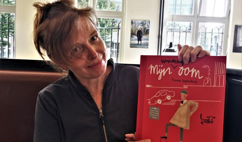 Yvonne Jagtenberg toont trots haar met een gouden penseel bekroonde boek 'Mijn wonderlijke oom'