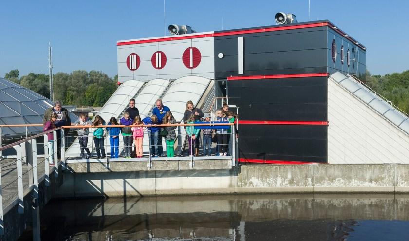 Tijdens een excursie zien leerlingen hoe water wat in huis verbruikt is schoongemaakt wordt. FOTO: Waterschap De Dommel.