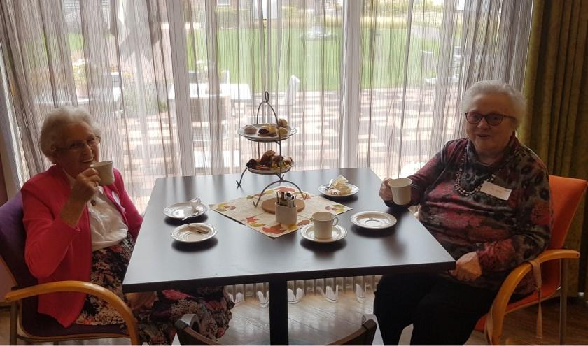 Cliënten van Rivas Wijkverpleging genoten van een heerlijke high tea. (Foto: Privé)