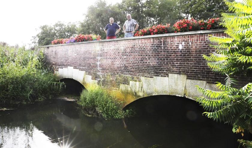 Christ van den Besselaar (links) en Sjef Tooten van Weerderheem op de Victoriebrug aan de Luikerweg. Foto: Jurgen van Hoof.