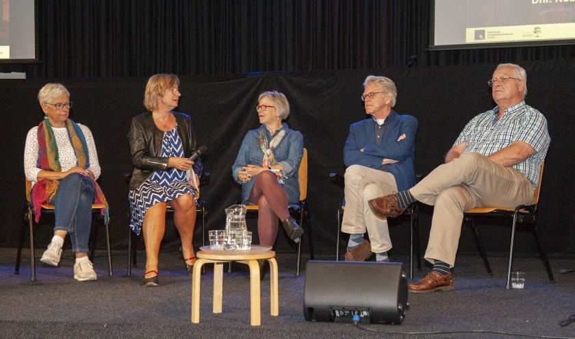 De opening van de expositie, v.l.n.r. de dames Van Dijk, Brethouwer en Tolkamp, de heren Stahlie en Nobel.