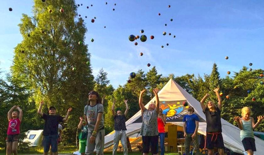 Kinderen mogen zelf aan de slag met acrobatiek, jongleren, koorddansen, trapeze, eenwieleren en theater.