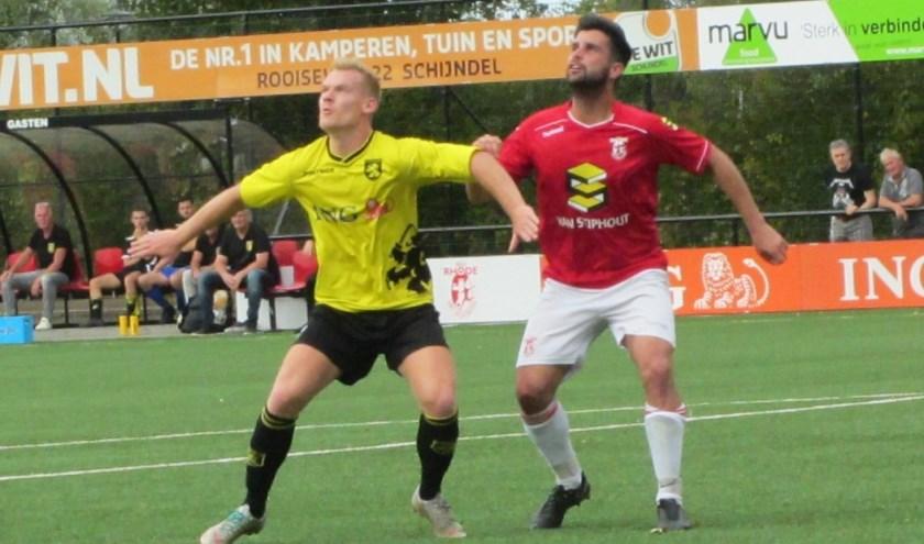 Matchwinner Bram Kooijmans in duel.