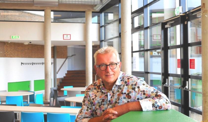 Harry Chambone is de trotse directeur van het 100-jarige Lentiz Groen van Prinstererlyceum. (Foto: Bart van der Linden)