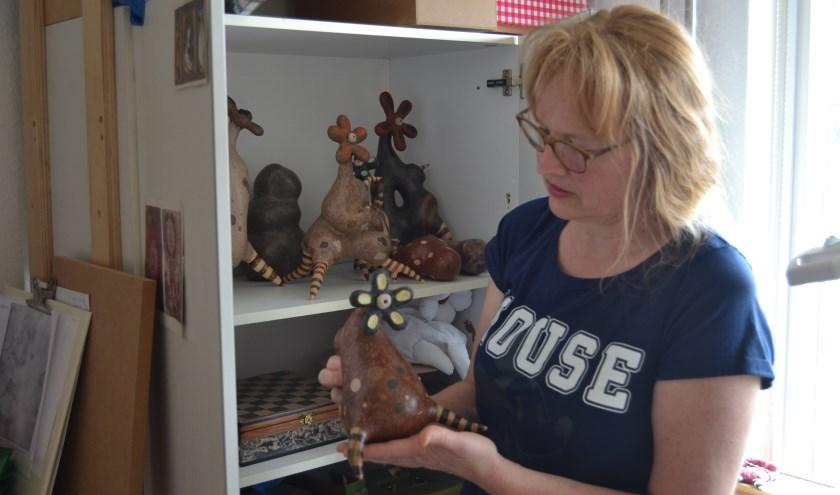 Els de Boer met een Amphorafonia Domestica in haar atelier. Foto: Karin Stronks