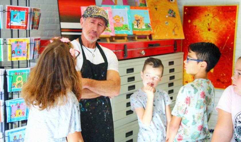 De kinderen van Petje af gaan geregeld op excursie. Zo brachten ze ook al een bezoek aan een kunstenaar.