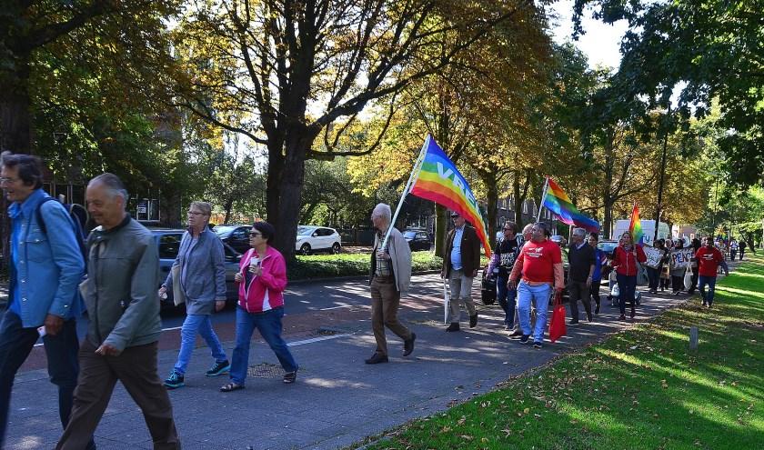 De deelnemers aan de vredesmars op de Julianasingel (Foto Frans Assenberg).