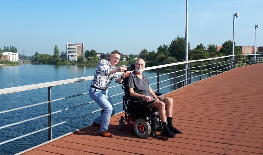 Arnold maakt buitenshuis gebruik van een elektrische rolstoel. Karin van Dijk – Boogh