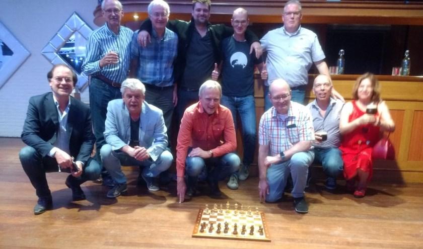 """Erik Corneth (midden achter) schaakt al vanaf zijn 5e. """"Mijn vader leerde het mij."""""""